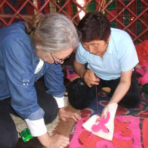 Asipa teaching Anne to make Sharduk (felt rug).
