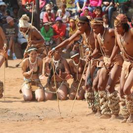 Grupos de dança San do sul da África viajam para o Dqãe Qare San Lodge i
