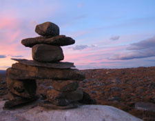 Inuksuk_and_moonrise.jpg